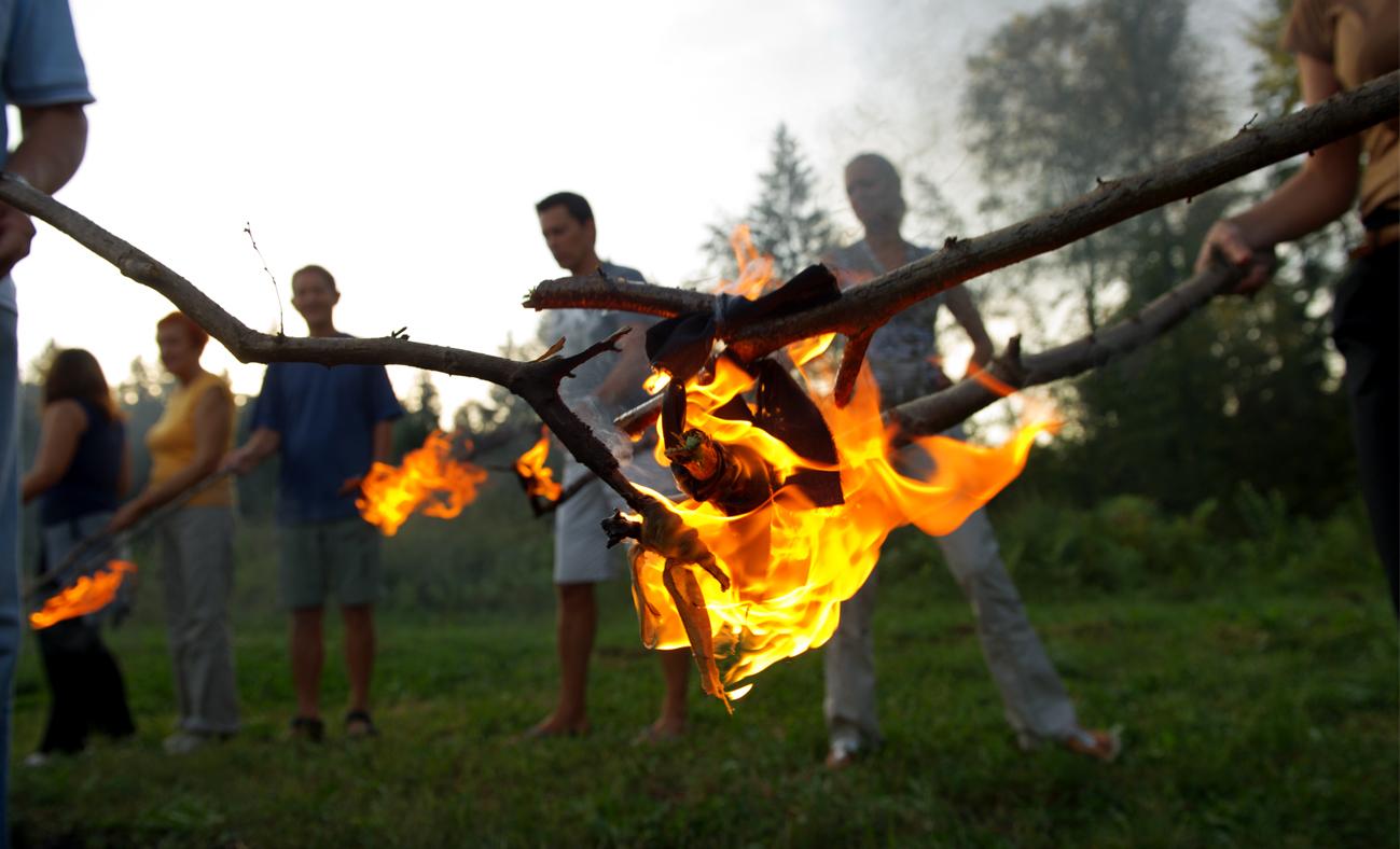 Ritual hodanja po žaru i sviranje gonga